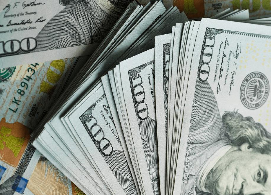 Долларовые купюры веером