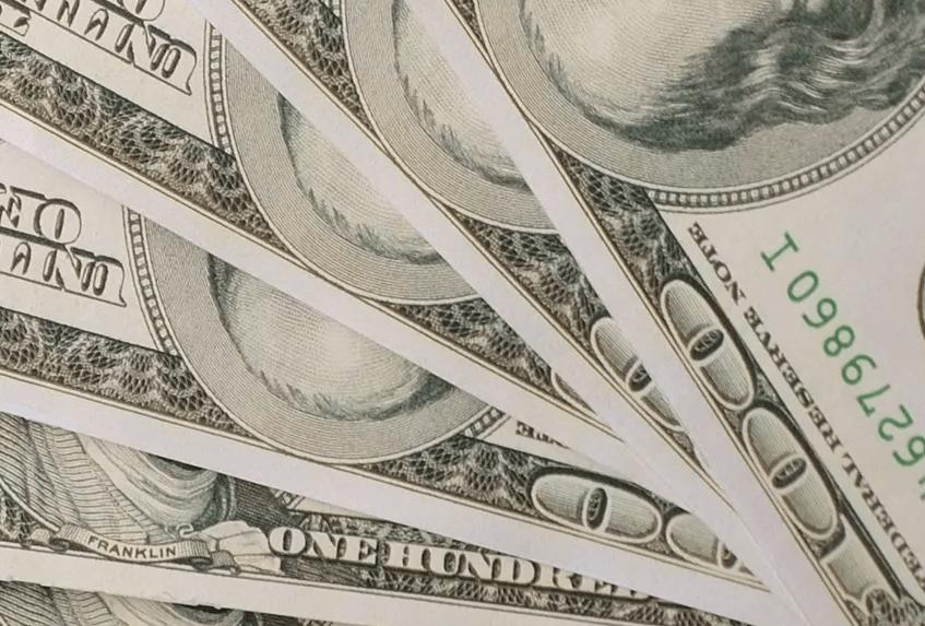 Долларове купюры лежащие веером