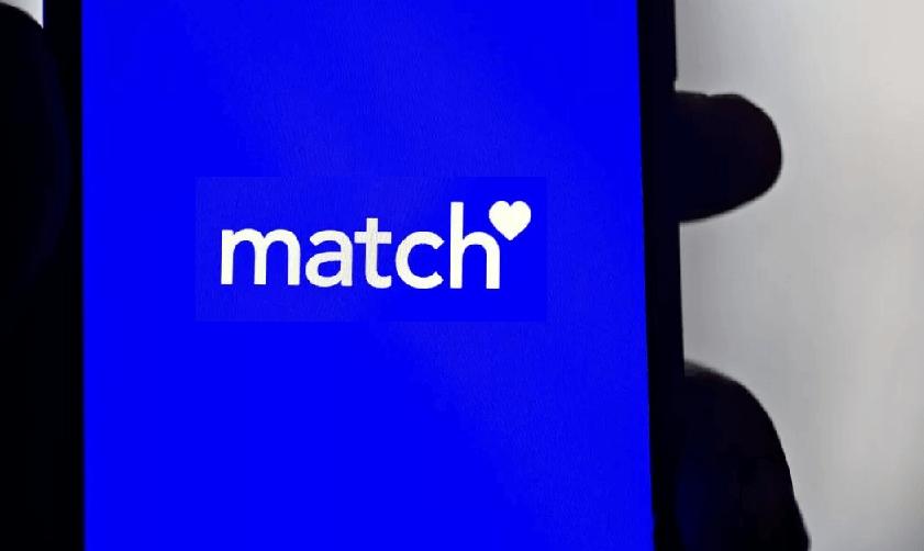 Смартфон в руке с открытым приложением Match