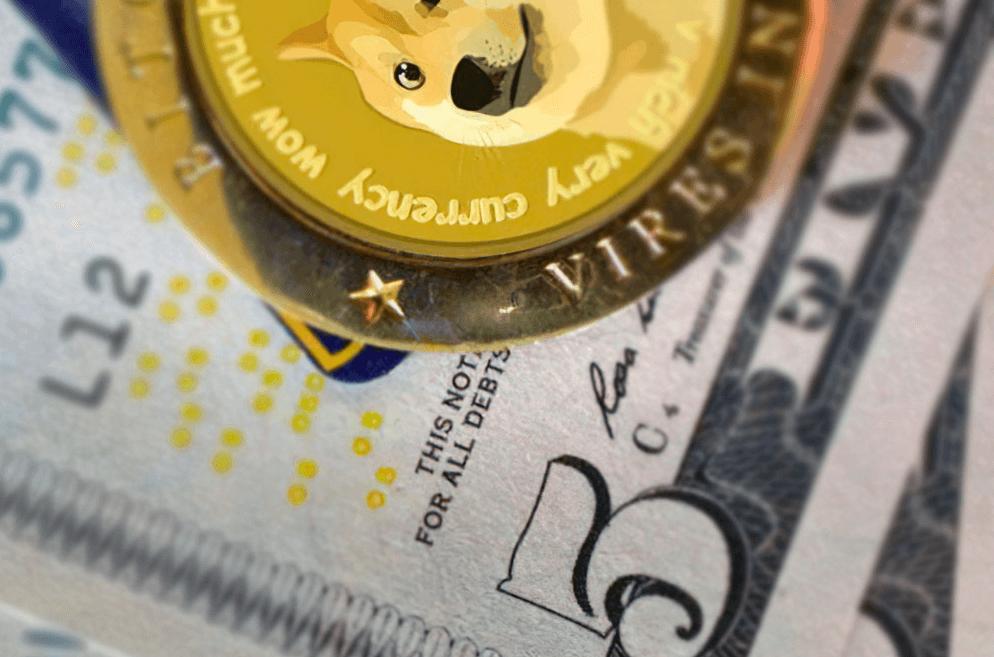 Dogecoin на фоне долларовых банкнот