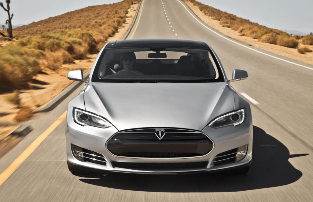 Автомобиль Tesla на пустой трассе