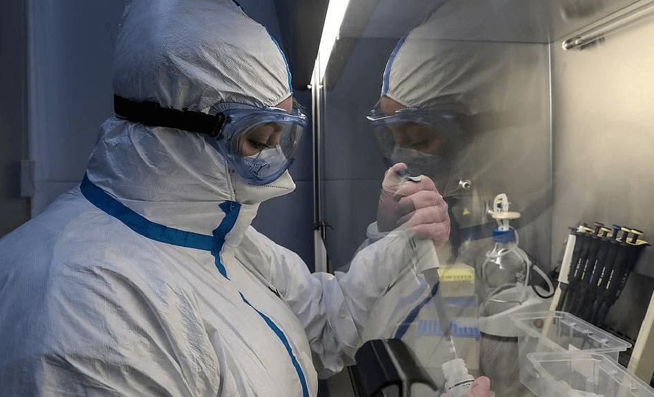 Лаборант в маске